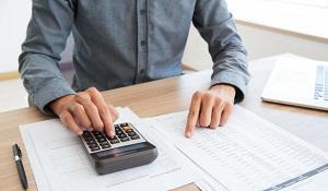 button-bookkeeper-calculating-white-calculator_1262-2340